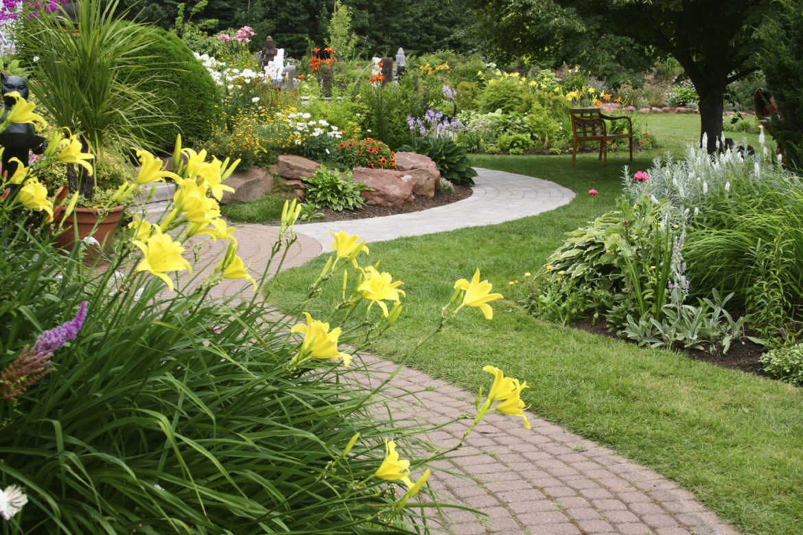 6 Traditional Landscaping Ideas for Your Garden
